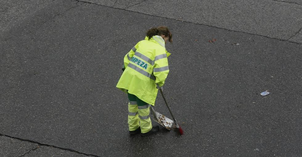 Una trabajadora barre una calle de Madrid.