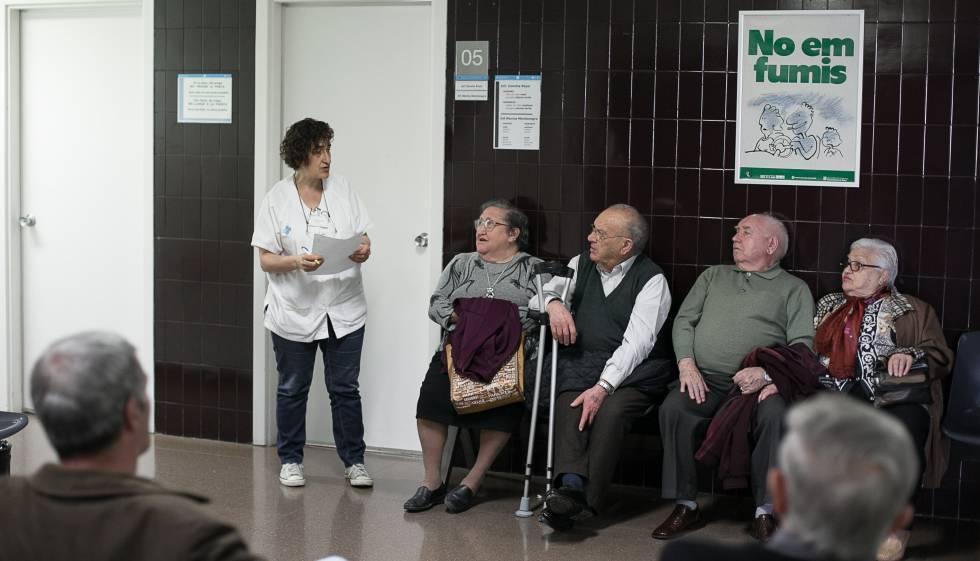 Pacients a la sala d'espera de l'ambulatori de la Mina, a Barcelona.