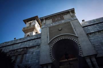 Puerta de entrada al Centro de Cultural Islámico de Madrid, con el minarete en segundo plano.