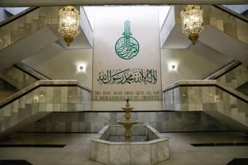 Lema religioso situado frente al salón de actos del recinto.