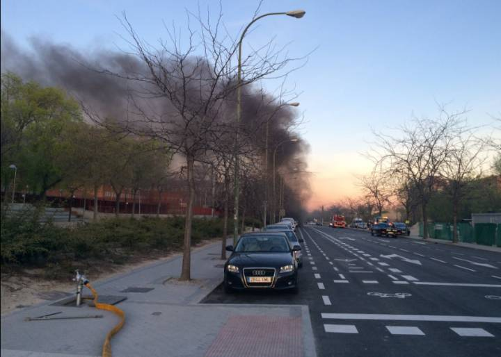 Columna de humo provocada por el incendio en las obras de la línea 8 de Metro de Madrid.