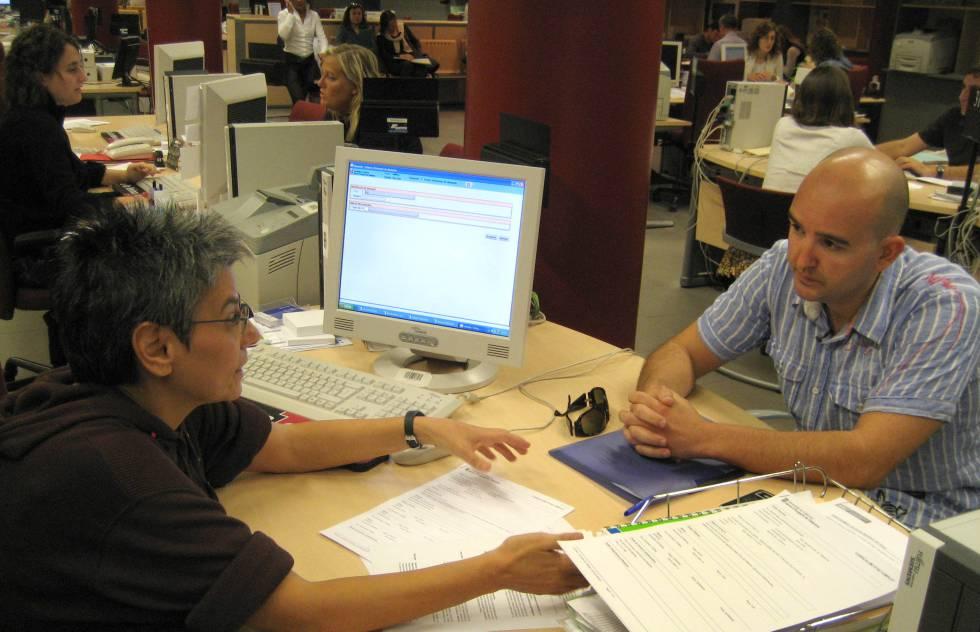 Imagen de archivo de una oficina de trabajo de la Generalitat.