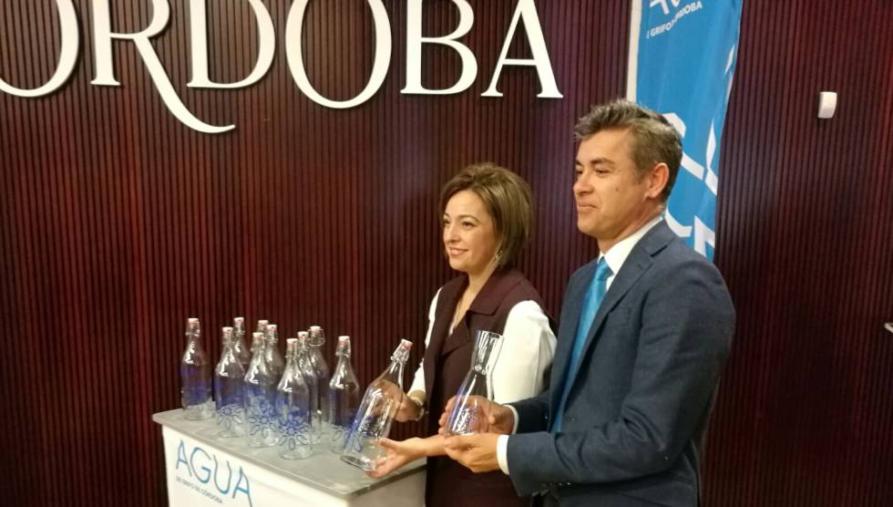 Presentación de la jarra diseñada para promover el uso del agua de grifo en Córdoba.