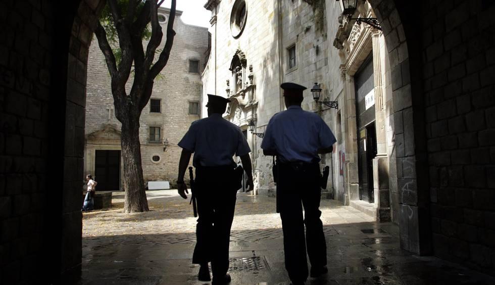 Dos mossos patrullan por el barrio barcelonés de Ciutat Vella.