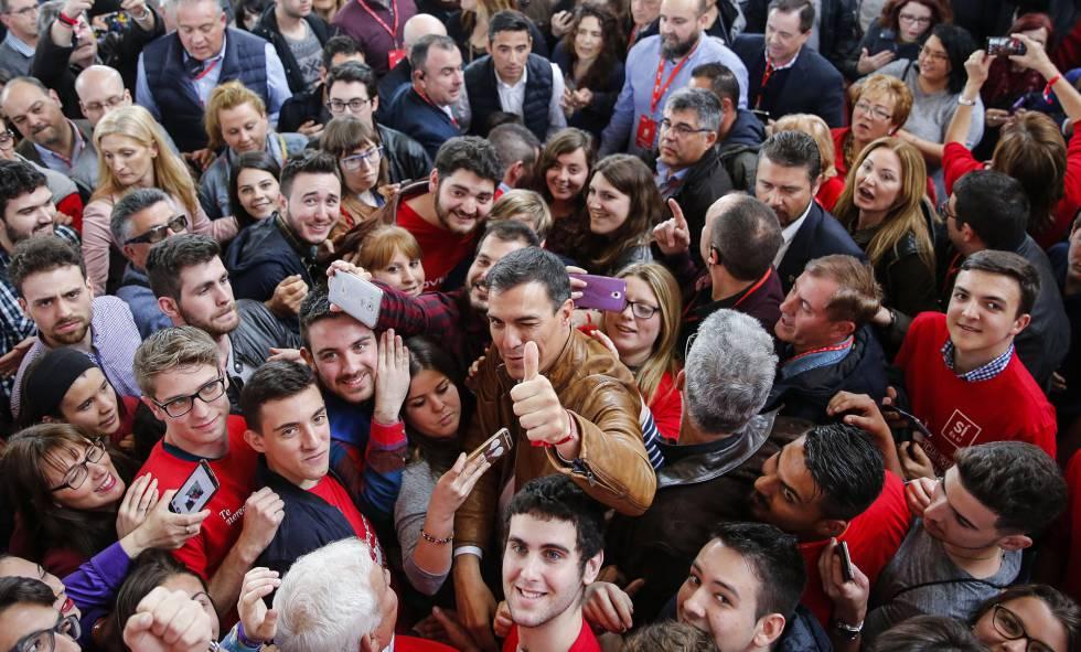 Pedro Sánchez, rodeado de militantes, en un acto en Burjassot, Valencia.rn