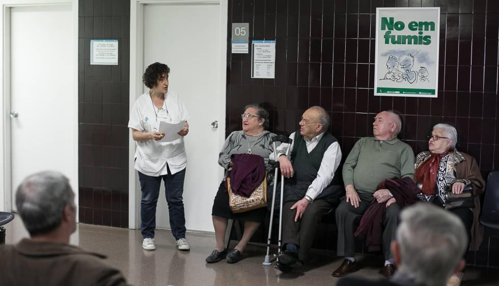 Un grup de pacients espera en la sala d'espera d'un ambulatori de la Mina de Sant Adrià del Besòs.