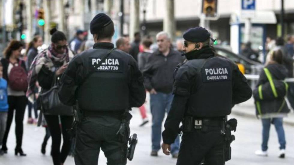Agentes de los Mossos en el Portal de l'Àngel de Barcelona. rn