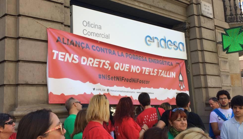 Un centenar de activistas contra la pobreza energ tica ocupa una oficina de endesa catalu a - Oficinas de endesa en barcelona ...