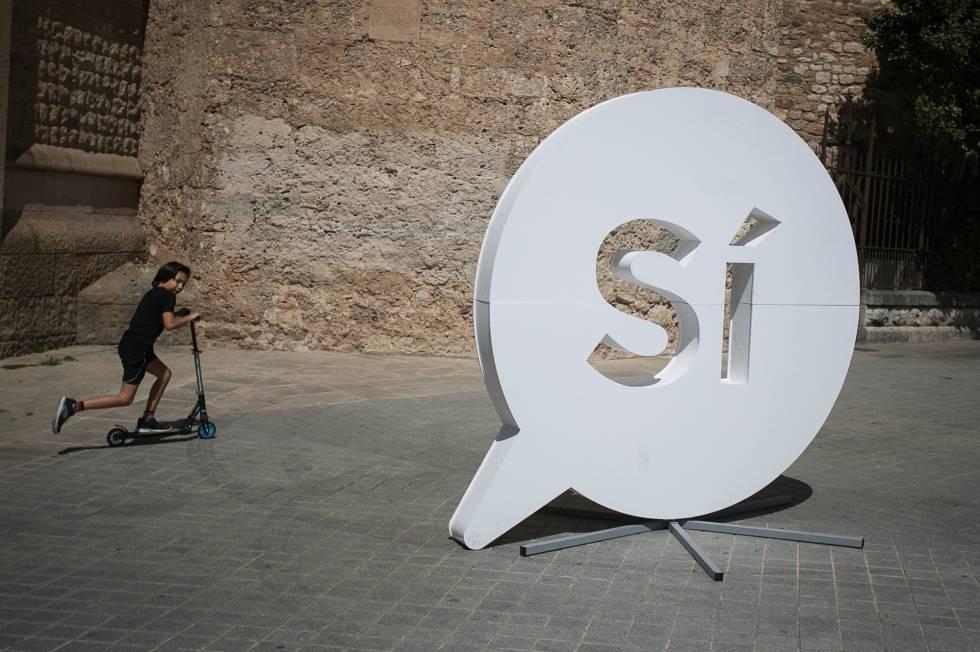 El 'sí' gigante en la plaza del Racó del Campanar de Sabadell. rn