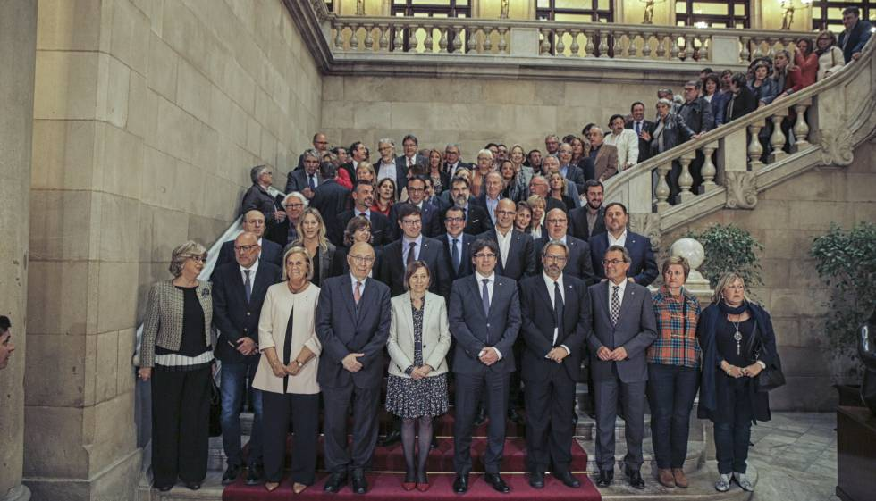 Els assistents a l'acte en defensa de la presidenta del Parlament.