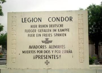 Placa del cementerio de la Almudena que ha sido retirada.