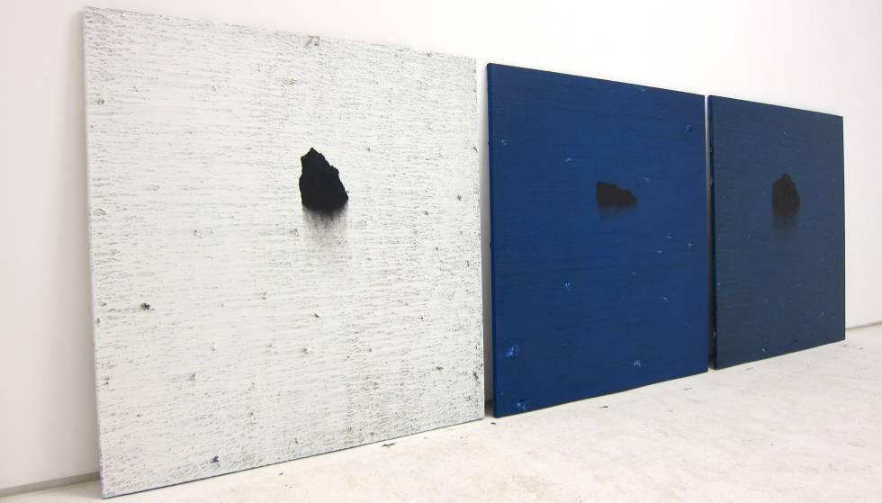 Tres de las obras de Fontela, poco antes de colgarse en la galería.