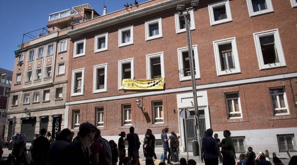 El consistorio evita desalojar a los okupas de la calle for Hoteles en la calle prado de madrid