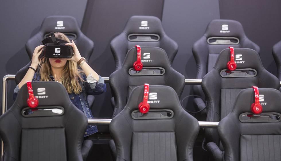 Una asistente al salón usa unas gafas de realidad virtual en Seat.