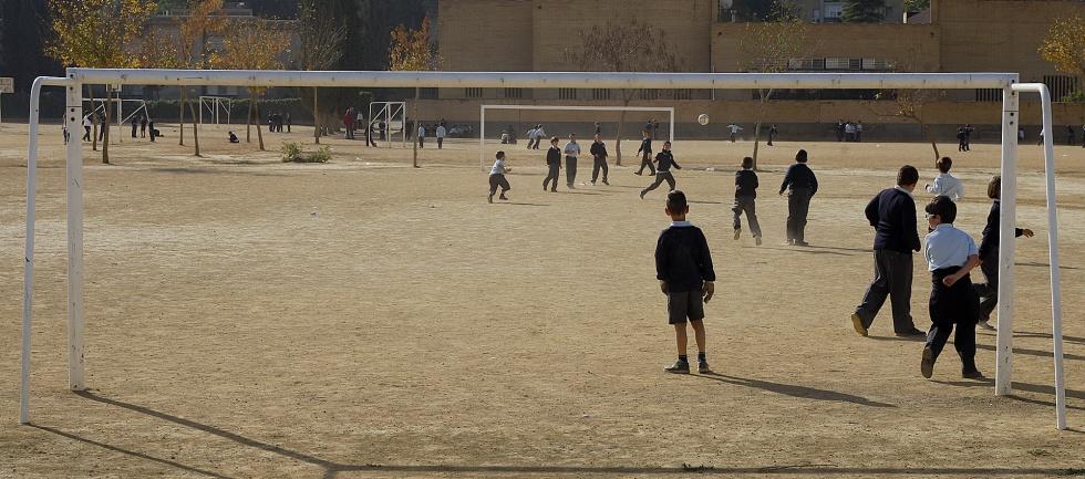 Niños jugando al fútbol en el patio del colegio concertado de educación segregada Altair de Sevilla, donde solo estudian varones.