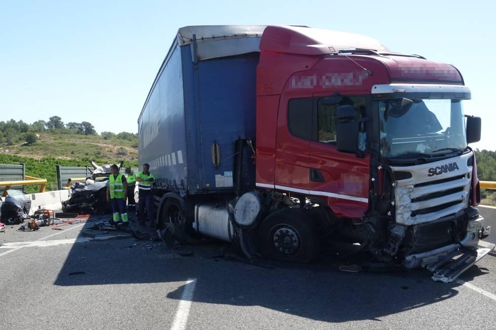 Accidente entre un camión y un turismo que ha causado la muerte a dos jóvenes en Castellón.