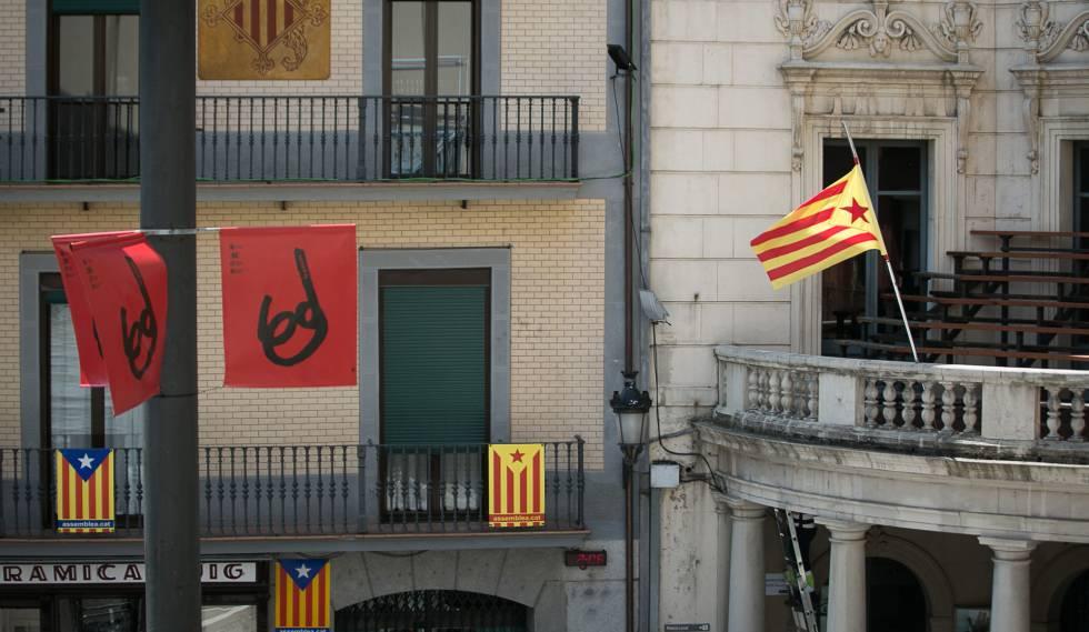 Fachada del Ayuntamiento de Berga (a la derecha), con la estelada como única bandera.