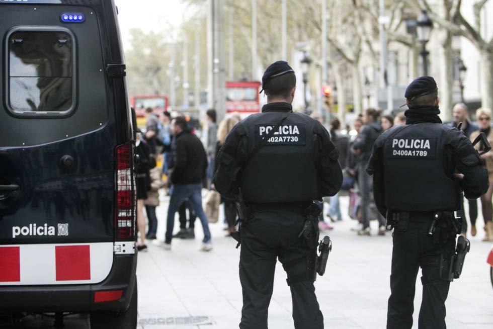 Unos Mossos d'Esquadra patrullan las calles de Barcelona.  rn