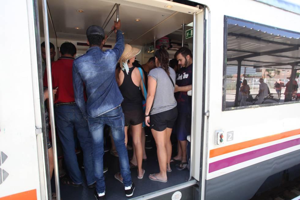 Tren de la línea Barcelona-Tarragona en la estación de Torredembarra.