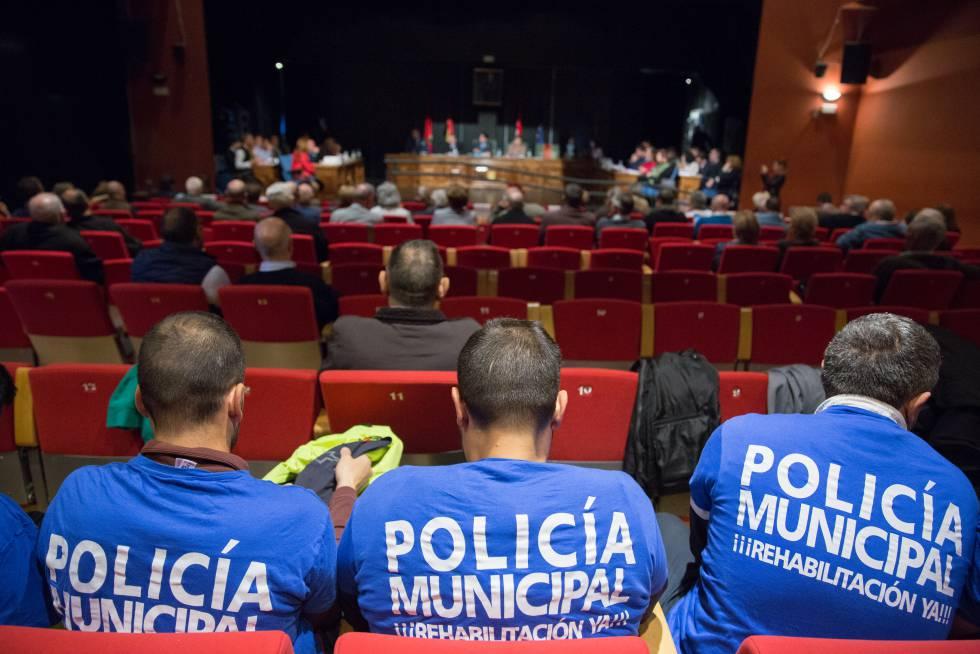 Compañeros de Mario M. del B., en el pleno municipal de Alcorcón del pasado marzo.