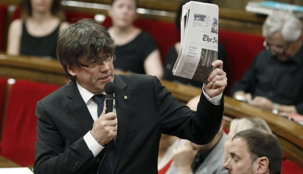 Puigdemont, con un ejemplar del New York Times, ayer en el Parlament.