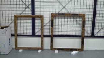 Los marcos de las dos pinturas, una vez en el almacén del MNAC.