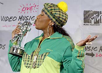 Missy Elliott besa el 'astronauta' que ganó por su vídeo 'Work it'.