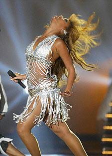 Christina Aguilera interpreta una canción durante la gala de los MTV.