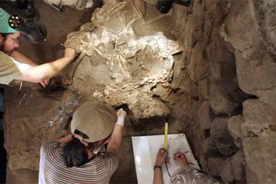 Operarios de las excavaciones de Teotihuacán limpian restos el pasado 15 de noviembre.