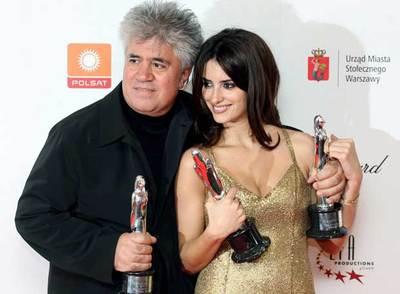 Pedro Almodovar y Penélope Cruz posan con los premios de la Academia de Cine Europeo.