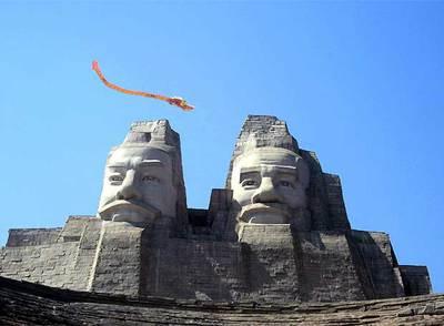 Un dragón de papel sobrevuela las cabezas de Huangdi y Yandi.