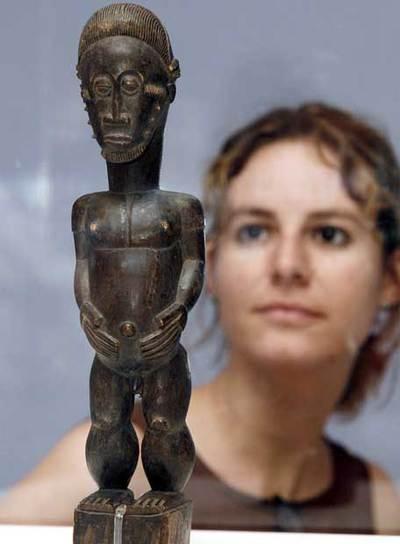 Una visitante observa una de las obras de la exposición 'Picasso. Pequeña figura' en el Museo de Málaga.