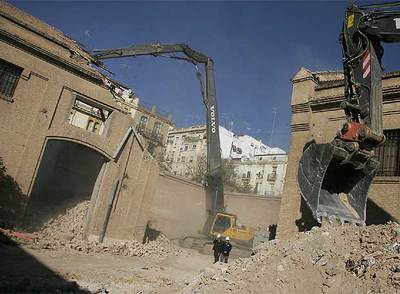 Obras de derribo de parte del edificio de Tabacalera en Valencia.