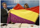 Cultura recibe la bandera republicana que acompañó al féretro de Azaña