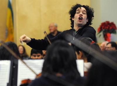 El venezolano Gustavo Dudamel dirige un ensayo de una orquesta juvenil de Los Ángeles el 6 de diciembre