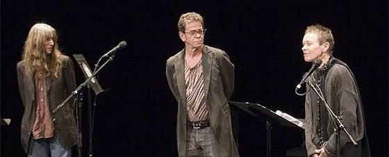 De izquierda a derecha, Patti Smith, Lou Reed y Laurie Anderson, el pasado viernes en Nueva York durante el recital de poesía catalana.