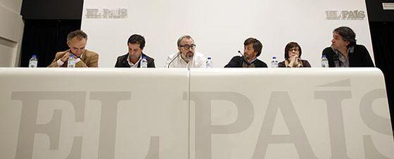 De izquierda a derecha Julio Alonso, David Cierco, Alex de la Iglesia, César Calderón, Paloma Llaneza y el redactor jefe de Cultura de EL PAÍS, Borja Hermoso, que moderó el coloquio