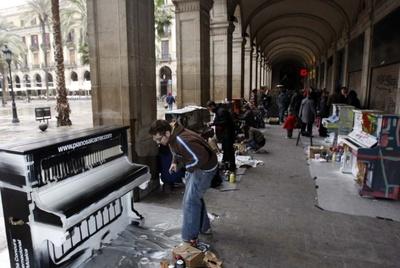 Artistas decorando esta mañana los pianos del proyecto y participativo 'Tócame, soy tuyo'.