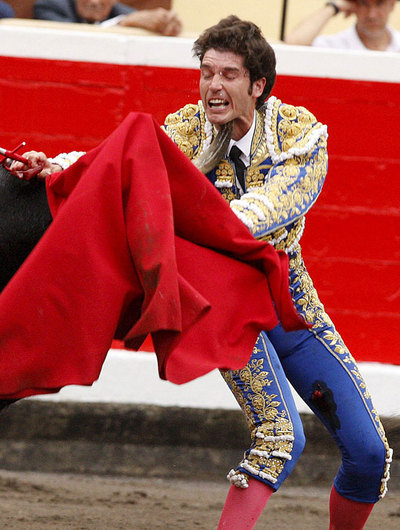 El diestro Sergio Aguilar es corneado por su segundo astado, durante la segunda corrida de abono de la Semana Grande celebrada en la plaza de toros de Vista Alegre de Bilbao