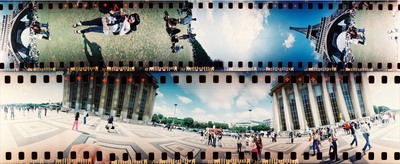 En la imagen inferior, los pabellones del Trocadero, normalmente enfrentados, quedan sobre la misma línea. En la imagen superior, la cámara ha sido puesta en vertical. Una turista asiática, tumbada sobre el suelo, hace una fotografía a sus amigas, con la torre Eiffel de fondo. Los píes de la turista que toma la foto se pueden ver de nuevo en la parte derecha.