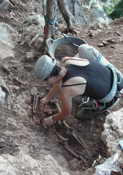 Trabajos de recuperación de los huesos de mujer hallados en un acantilado del término de Artà, en Mallorca.