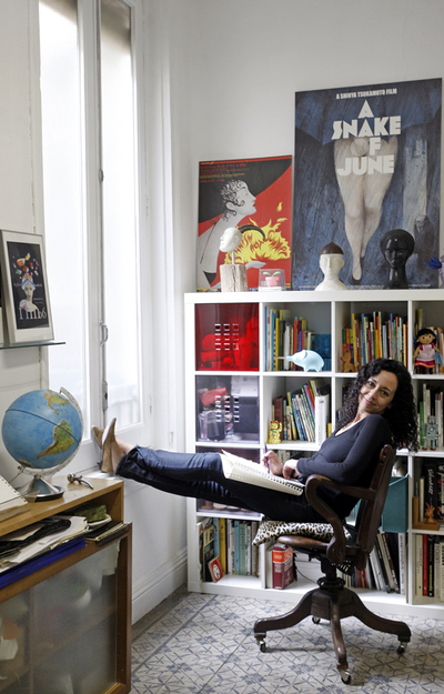 Foto de Ana Juan en su estudio en abril de 2009.