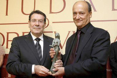 El escritor vallisoletano Gustavo Martín Garzo recibe de manos del alcalde de Torrevieja, Pedro Hernández Mateo, el premio como ganador del IX Premio Ciudad de Torrevieja de Novela.