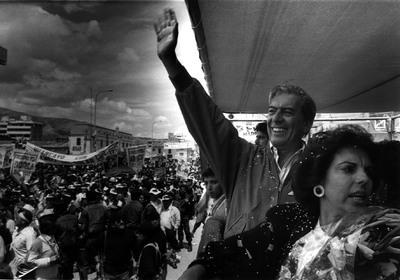 El escritor Mario Vargas Llosa durante un mitín de la campaña electoral de las elecciones legislativas de Perú de 1990.