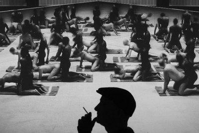 El artista Santiago Sierra, durante una proyección de su vídeo  Los penetrados.