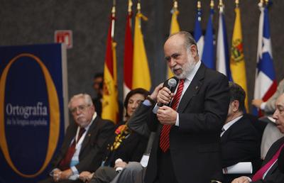 El director de la Academia Mexicana de la Lengua, José Guadalupe Moreno de Alba, habla durante la reunión de las 22 Academias de la Lengua Española en Guadalajara.