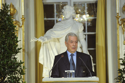 El escritor hispano-peruano Mario Vargas Llosa ofrece su discurso ante la Academia Sueca