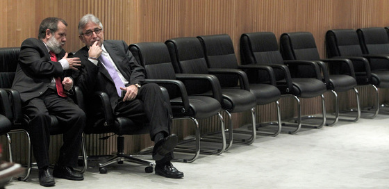 El diputado del PSOE, Francisco Fernández marugán, convesa con el diputado de CiU, Josep Sánchez Llibre, durante la Comisión de Economía del Congreso que debate la 'ley Sinde'.