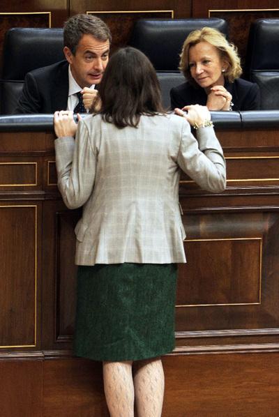González-Sinde, con Rodríguez Zapatero y Elena Salgado, en el Congreso.