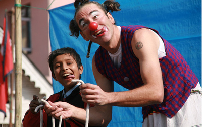 Álvaro Neil, el biciclown, en una actuación a su paso por Nepal